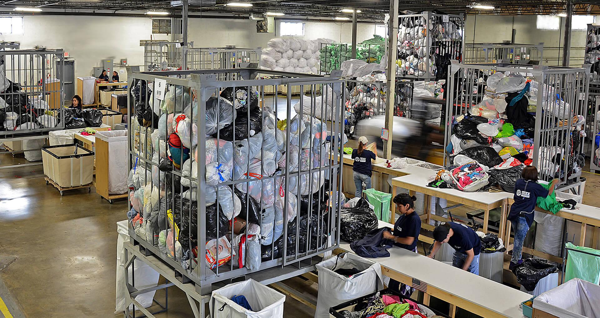 Đóng gói quần áo hàng thùng bằng máy
