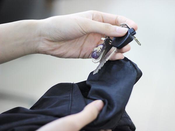 Kiểm tra túi trước khi xử lý quần áo secondhand