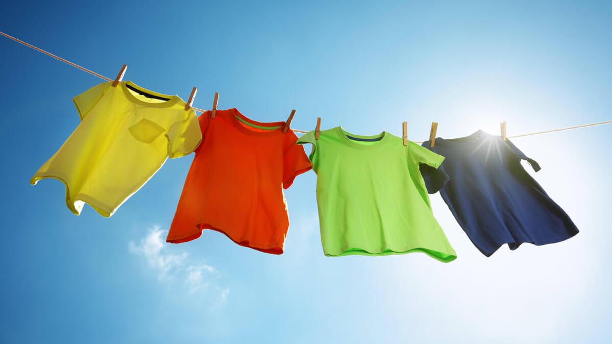Phơi khô tự nhiên sau khi giặt quần áo hàng thùng