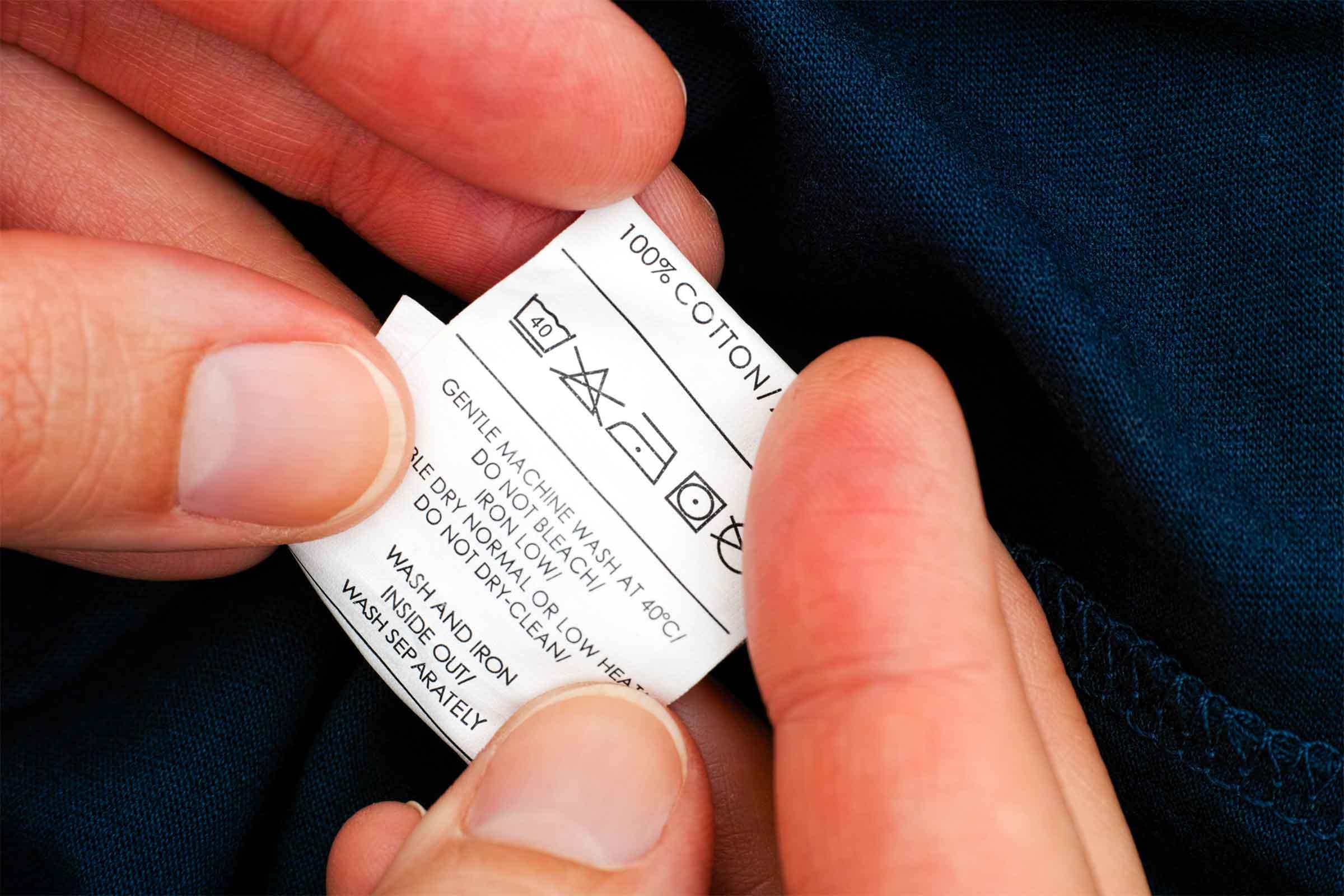 Kiểm tra tag trước khi xử lý quần áo hàng thùng