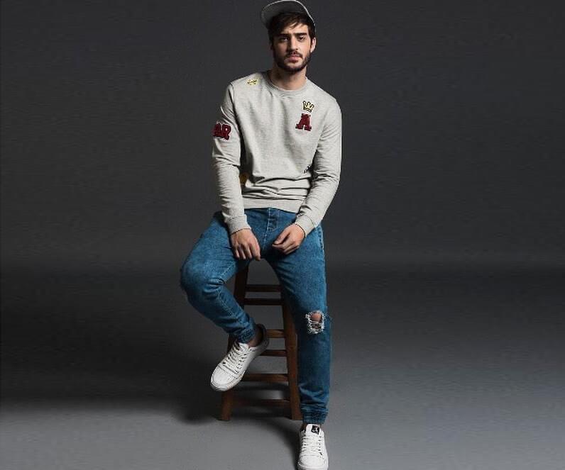 Quần jean rách phối Sweater nam (Nguồn hình: SeenIt)