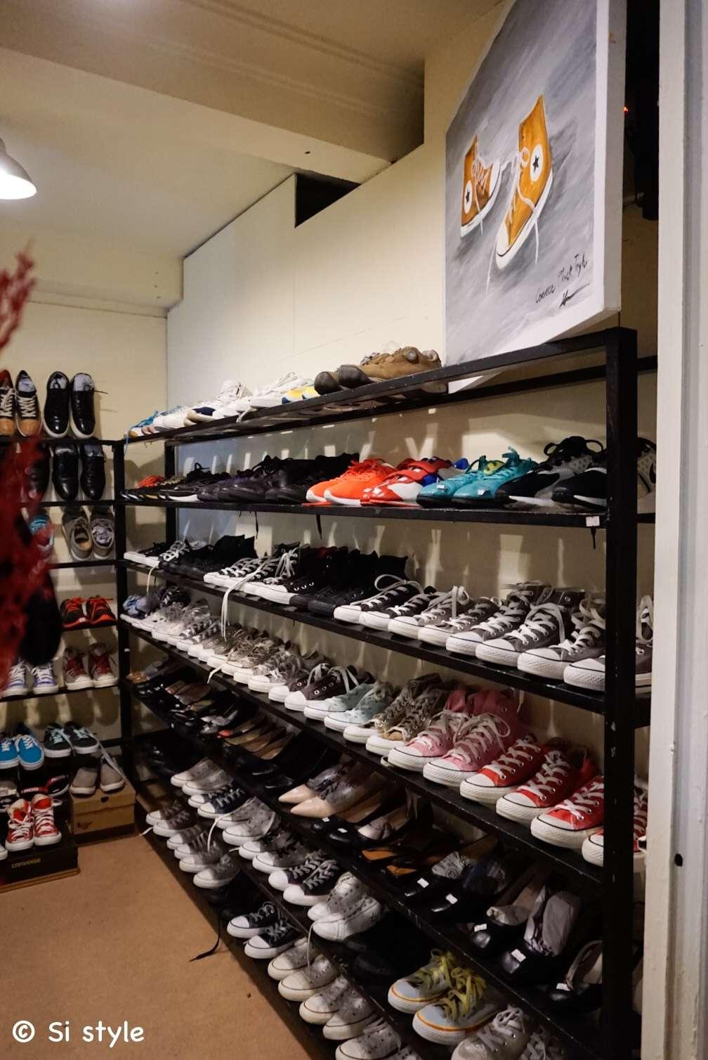 Trưng bày giày converse tầng 1