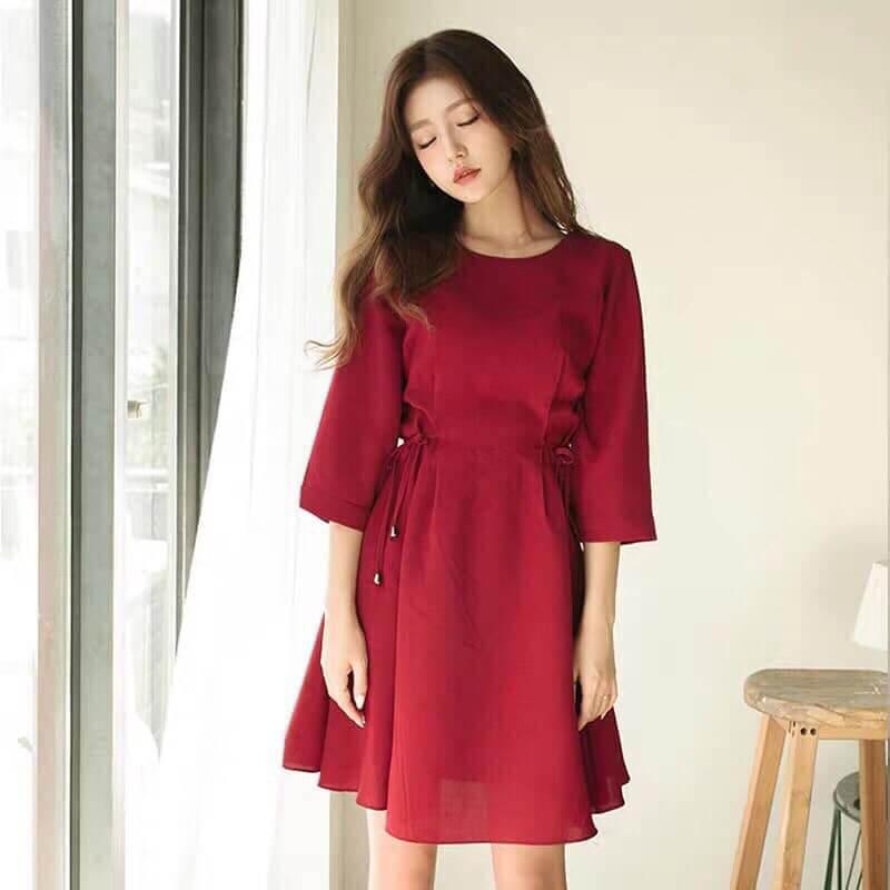 Váy lụa đỏ buộc eo
