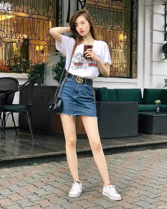 Phối đồ với túi đeo chéo nữ cùng chân váy ngắn
