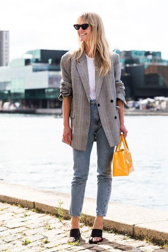 Phối đồ với túi xách vàng + blazer sọc