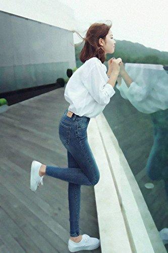 Cách phối đồ với sơ mi trắng cho nữ với jeans
