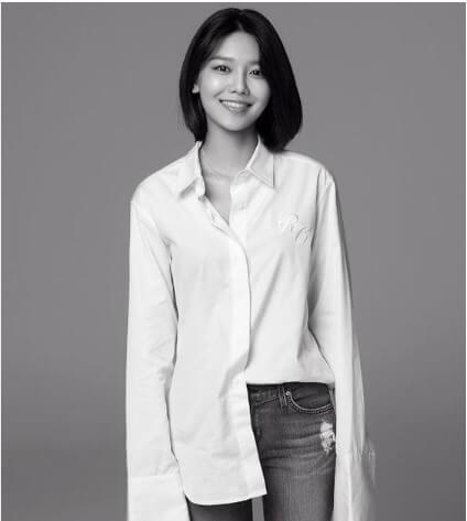 Sơ mi trắng và Jean Basic Sooyoung