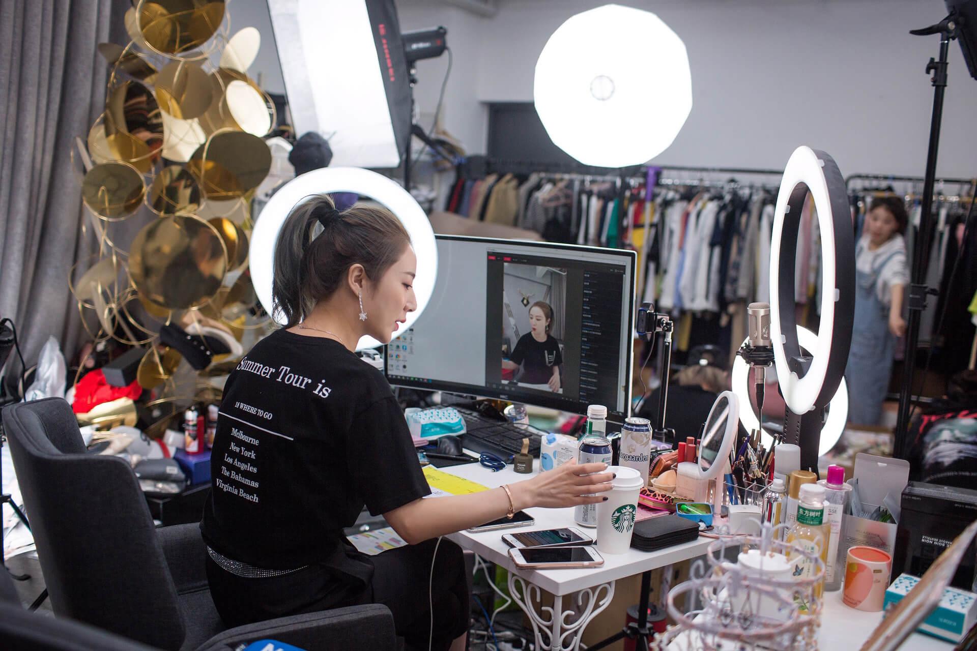 Một số người live chuyên nghiệp còn trang bị đèn chuyên dụng để livestream