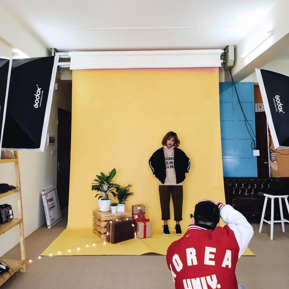 Chụp ảnh sản phẩm thời trang có phông nền (Nguồn: Tronstudio)