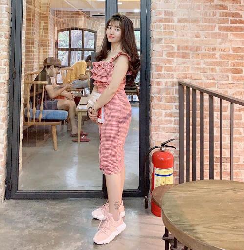 Cách phối đồ với giày thể thao nữ vô cùng Dịu dàng nữ tính với bộ đầm hồng mix cùng màu với đôi giày hồng