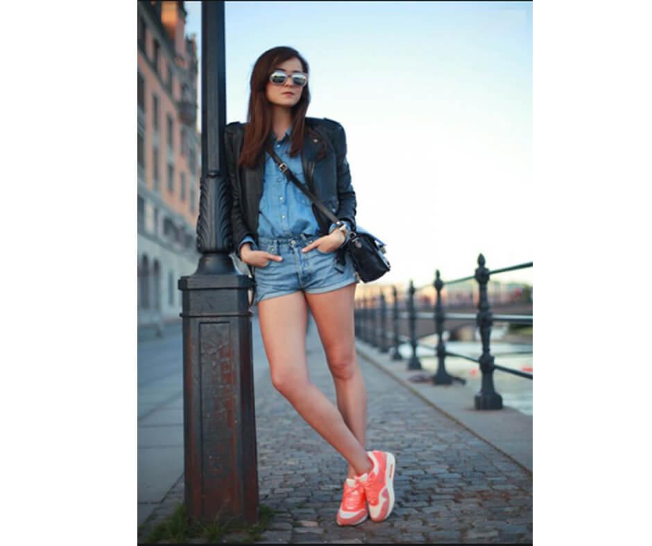 Short jean kết hợp với giày thể thao cam | cách phối đồ với giày thể thao nữ theo màu cá tính