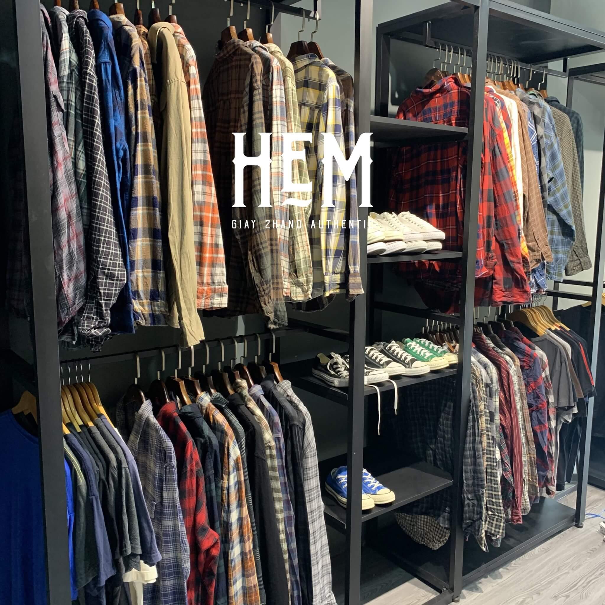 Ngoài ra hẻm còn bán rất nhiều mẫu áo thun unisex, áo flannel